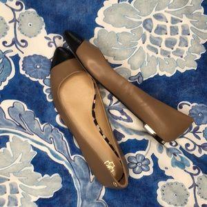 Ann Taylor pointed toe flats gold heel tan black 8